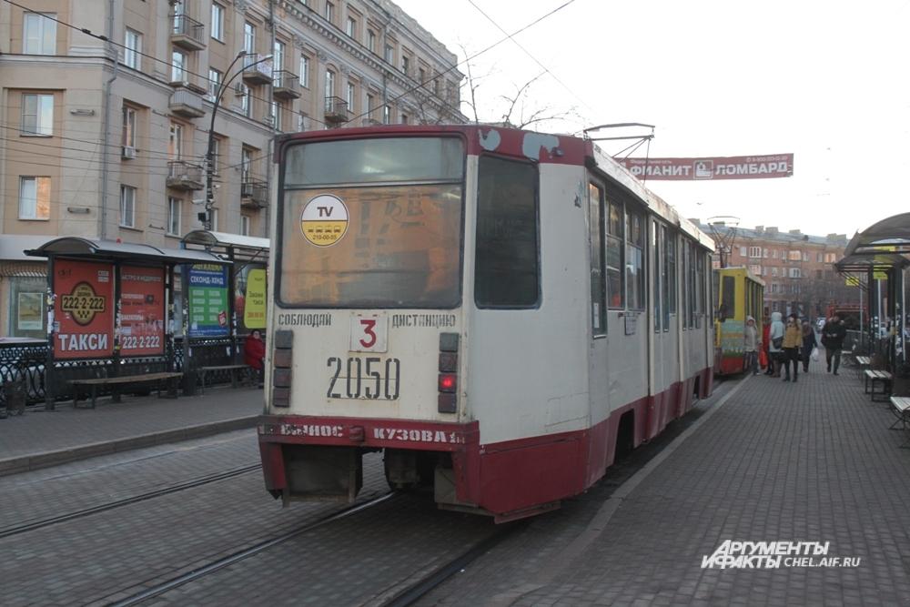 На одну остановку теперь заезжают сразу два трамвайных вагона.