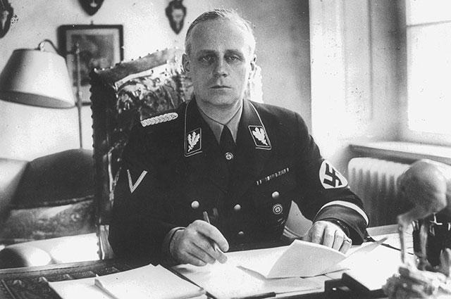 Иоахим фон Риббентроп в рабочем кабинете.