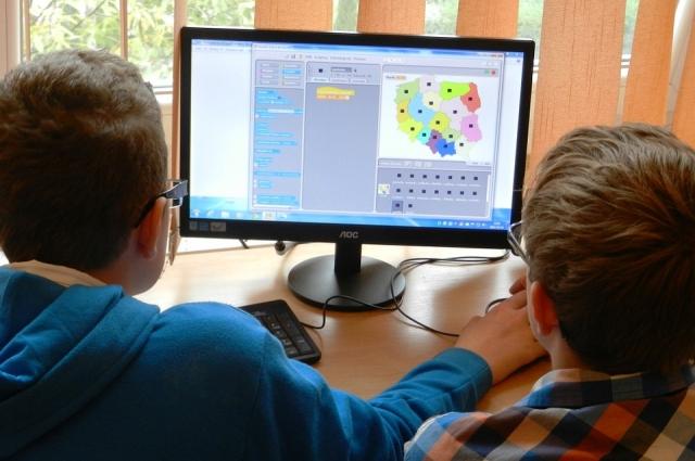 Школьники за компьютером.
