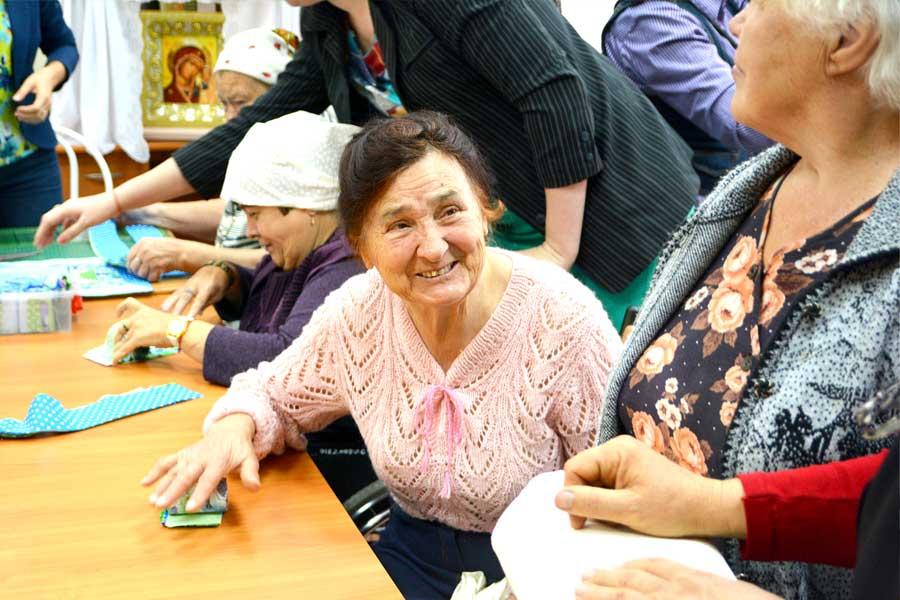 Пожилые люди занимаются рукоделием, спортом, ездят на экскурсии.
