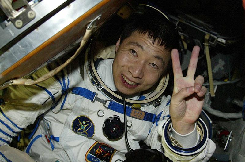 15 октября 2003 года на корабле Шэньчжоу-5 в космос поднялся 38-летний полковник Народной Освободительной армии Китая Ян Ливэй