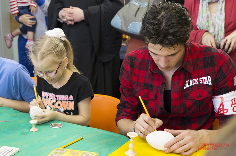 Детям помогают актеры и художники