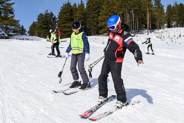 Становиться на лыжи начинающим лучше с инструктором.