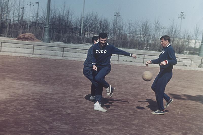 Игроки сборной СССР по футболу Слава Метревелли и Лев Яшин на тренировке перед чемпионатом мира 1966 года