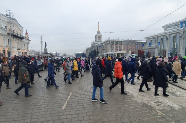 Митингующие пересекают улицу Ленина.
