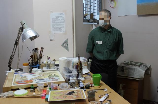 Религиозные осужденные в художественной мастерской пишут иконы.