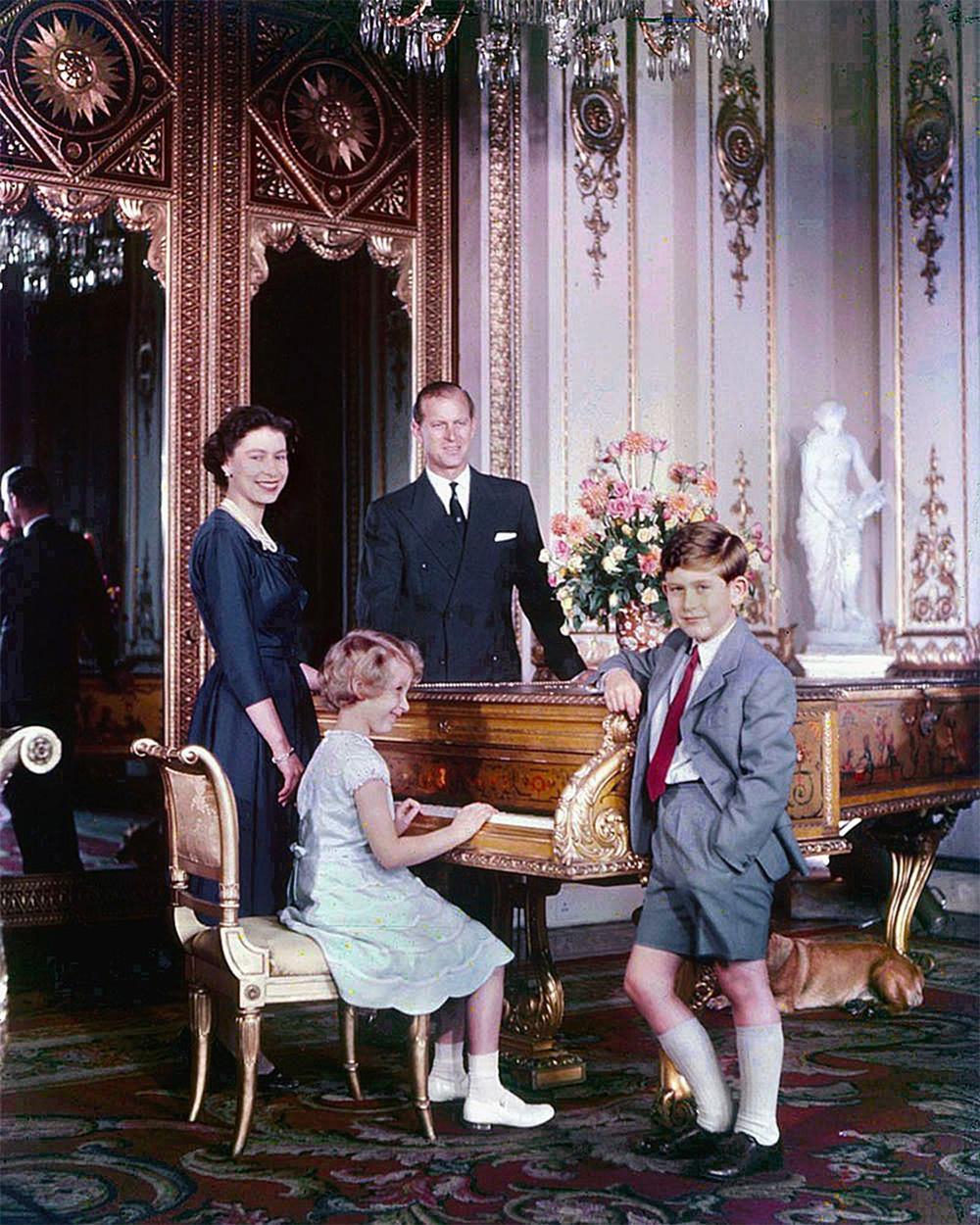 Королева Елизавета, герцог Эдинбургский Филипп, принц Чарльз и принцесса Анна в октябре 1957 года