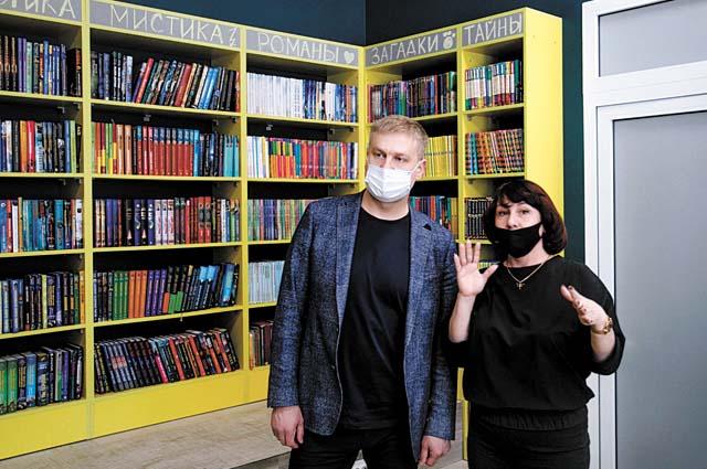 Директор Елизавета Запятая провела экскурсию по залам библиотеки.