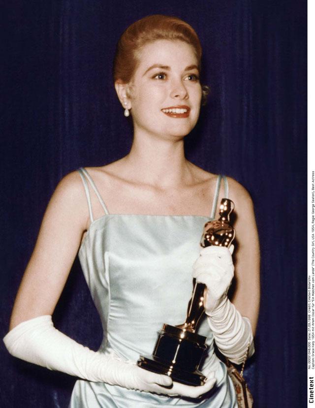 Грейс Келли с премией Оскар за работу в картине Деревенская девушка в 1954 году