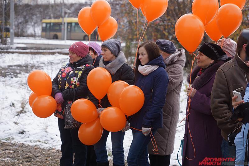 На торжественное открытие, вооружившись оранжевыми шариками, пришли представители и сотрудники «Пермгорэлектротранса».