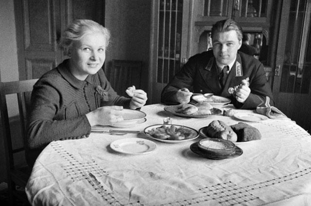 Советская актриса театра и кино Валентина Серова с мужем, летчиком-испытателем Анатолием Серовым, 1938 год.