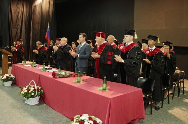 После принятия торжественного обещания первокурсниками члены президиума аплодисментами поздравляют студентов с посвящением.