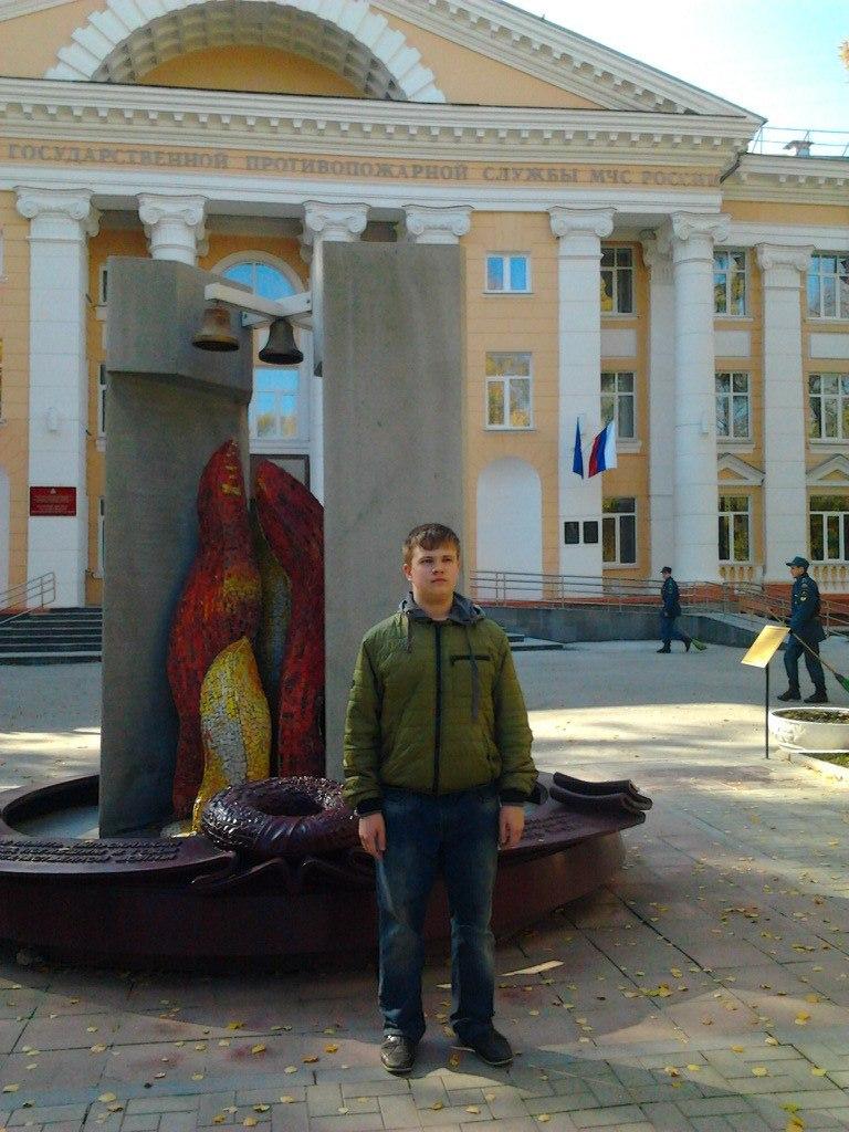 Вячеслав Сычев на одной из фотографий стоит около института государственной противопожарной службы МЧС России.