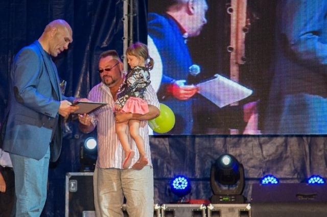 В 2015 году от имени Фонда поддержки семьи и детства в Волгодонске Дмитрия Юшковского награждал Николай Валуев