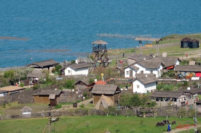 Именно к этим берегам Тамани в 1792 году причалили первые казаки-черноморцы. В память о тех событиях здесь открыт Выставочный комплекс «Атамань».