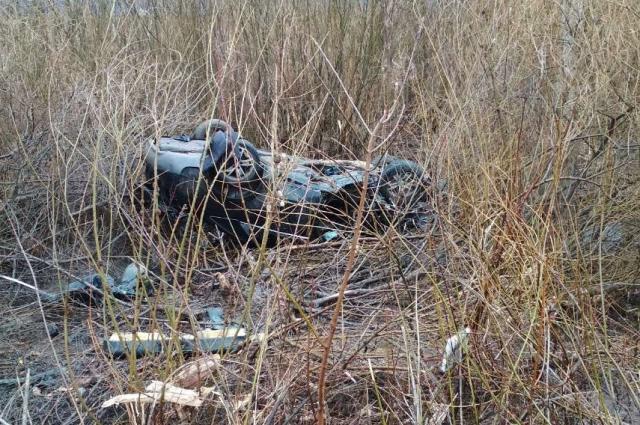 Машину отбросило далеко от дороги и перевернуло.