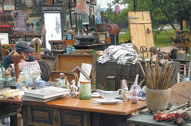 Среди изобилия старинных вещей не сразу заметишь продавца...