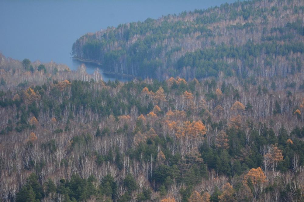 Окрестности посёлка Слюдорудник - живописные озёра и поросшие лесом склоны гор.