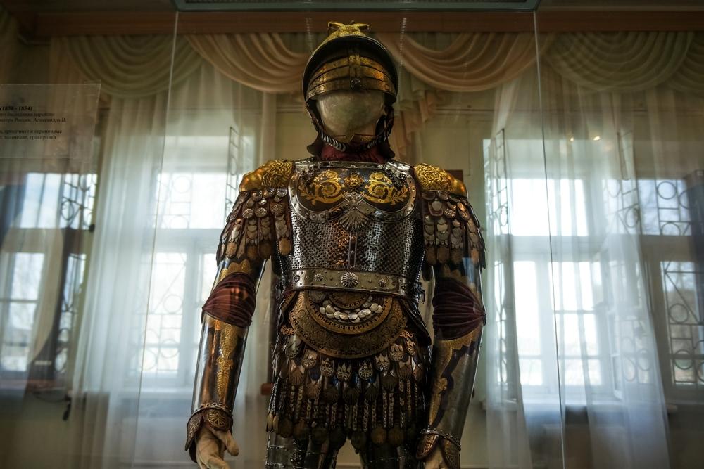 Богато украшенные доспехи цесаревич Александр так и не надел.