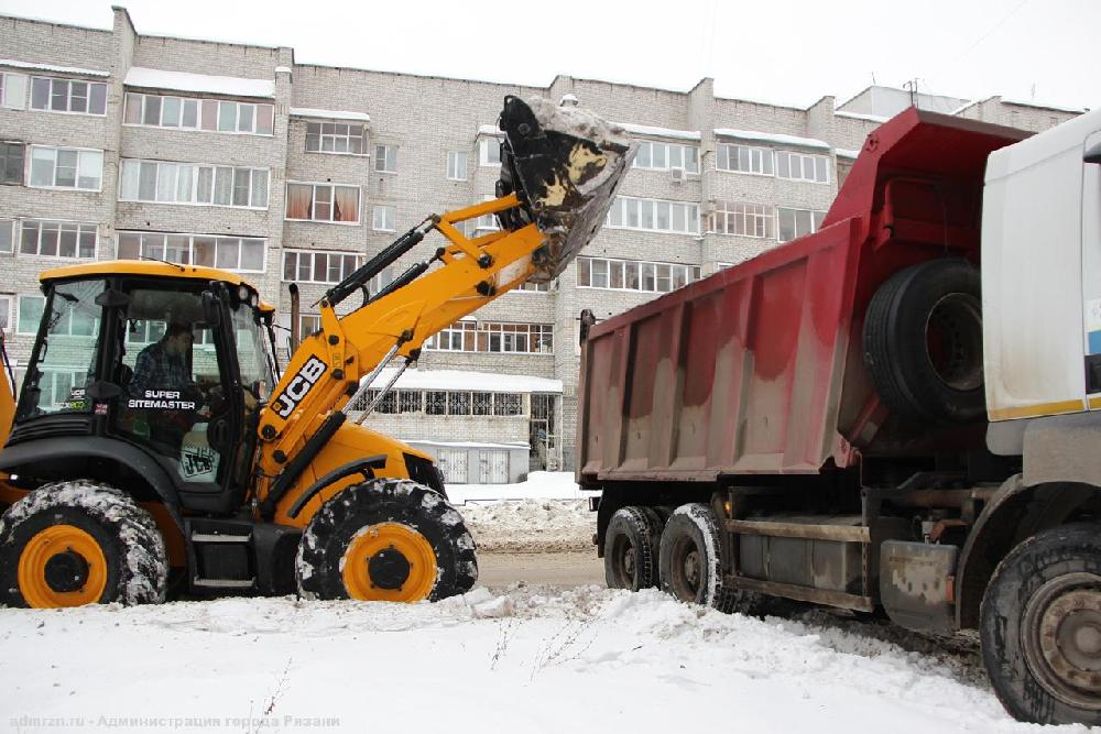 Улицы Рязани убирают от снега круглые сутки.