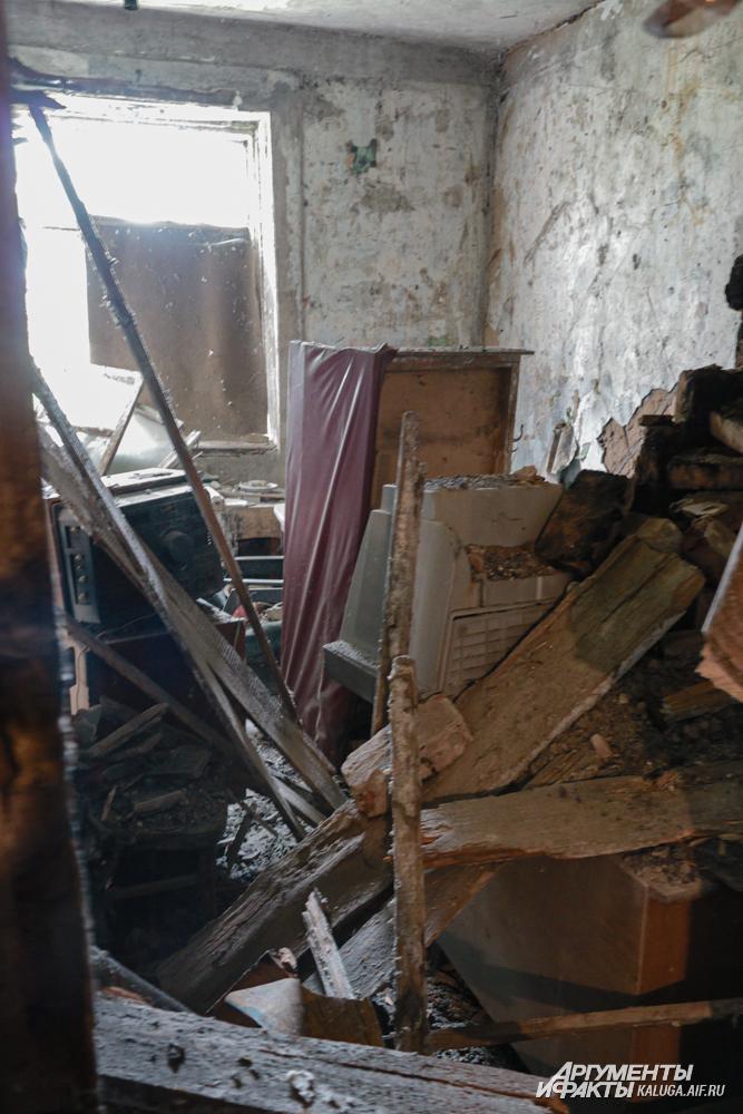 Перекрытия в одной из комнат давно рухнули. К счастью, жильцы к тому моменту уже покинули аварийное строение.