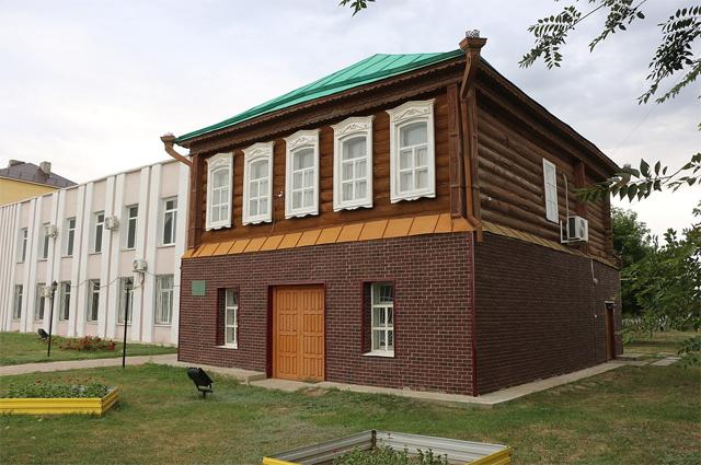 Здание, в котором располагался штаб дивизии в Лбищенске (сейчас село Чапаев).