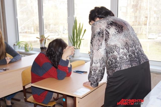 Организаторы экзамена успокаивают школьницу