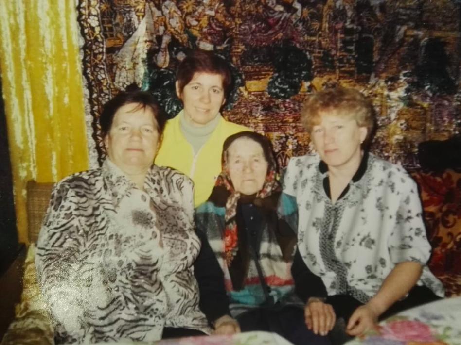 Долгожительница в окружении семьи.