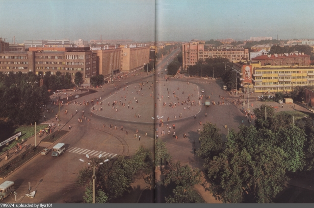 Вид на площадь Первой пятилетки из альбома «Уралмаш» (издательство Внешторгиздат)