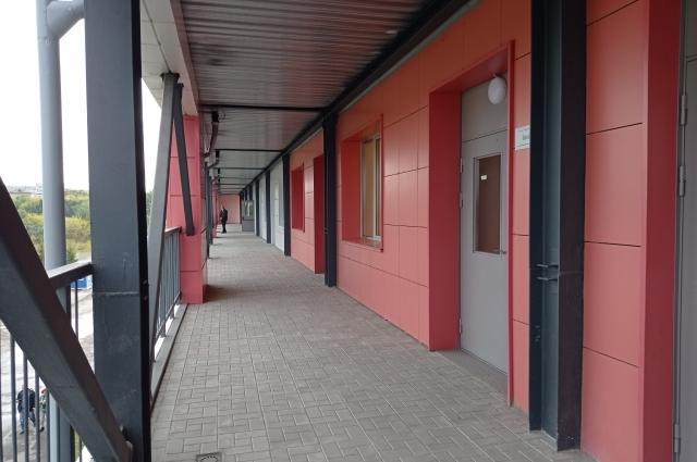 Из каждого блока есть отдельный выход на улицу.