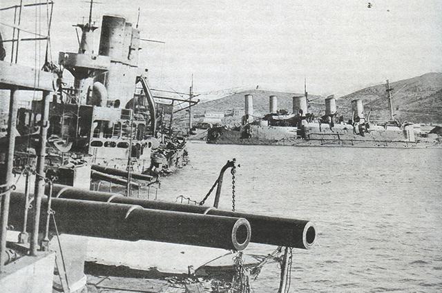 Затопленные русские корабли в гавани Порт-Артура. На переднем плане Полтава и Ретвизан, далее Победа и Паллада