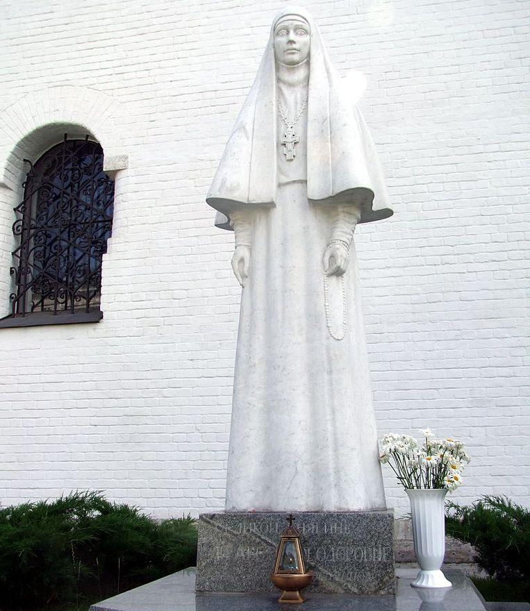 Памятник великой княгине Елизавете Феодоровне Романовой в Марфо-Мариинской обители