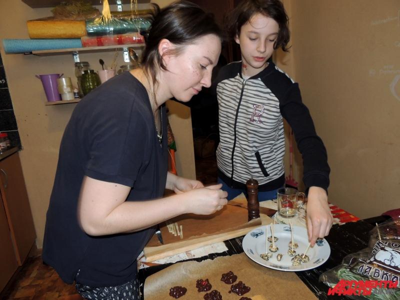 Иногда в процессе готовки участвует дочка Анны Евдокия