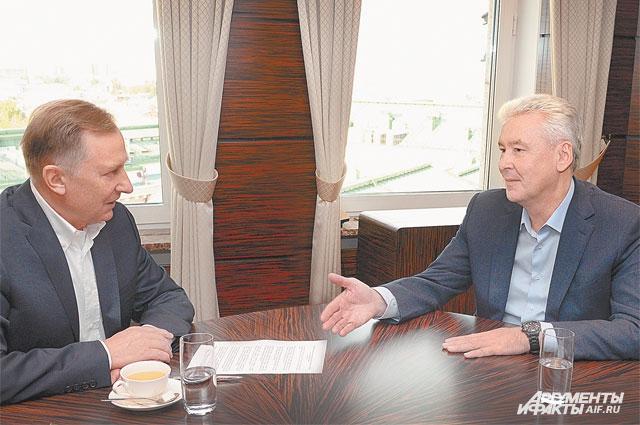 Мэр Москвы С. Собянин рассказал главному редактору «АиФ» Н. Зятькову, как в российской столице удаётся решать разные проблемы.