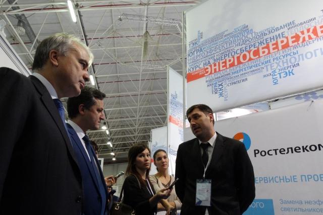 Павел Завальный и Дмитрий Шаповал знакомятся со стендами компаний-участников выставки.