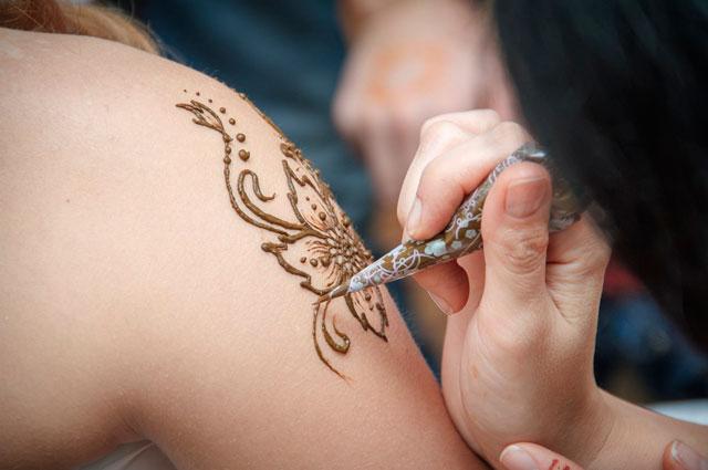 Татуировки из хны пользовались спросом у всех воспитанников.