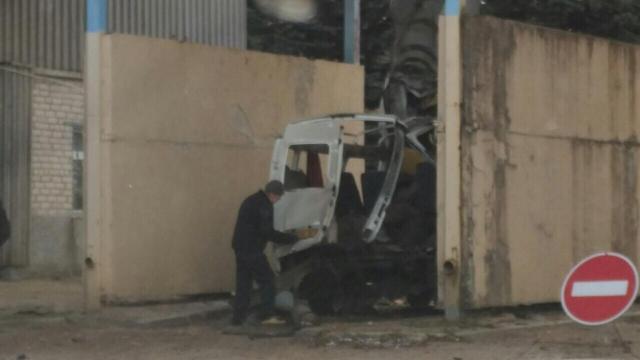 Микроавтобус сильно пострадал от взрыва.