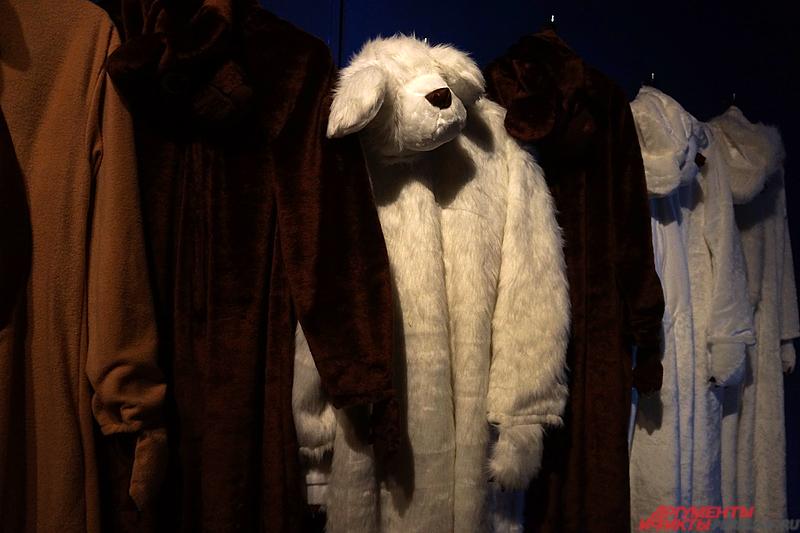 Любой желающий может переодеться в костюм медведя.