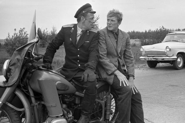 в сцене погони милиционера за Деточкиным снималось несколько разных тяжёлых мотоциклов.