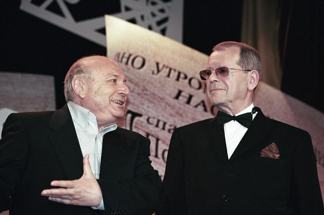 Сатирик Михаил Жванецкий (слева) поздравляет сатирика Аркадия Арканова (справа) с 70-летием. 2003 год.