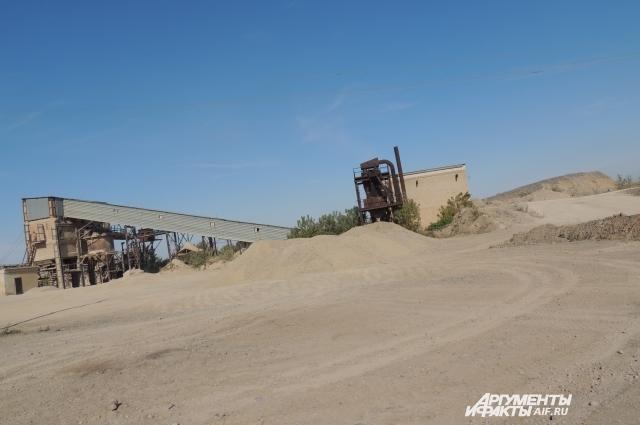 Щебеночный завод создает угрозу: из него с ревом выезжают громадные большегрузы, оставляя за собой клубки пыли.