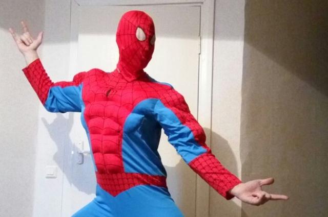 Специально для поздравления детей Тимофей приобрел костюм Человека-паука.