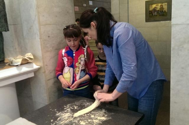 Всех желающих научили печь хлеб.