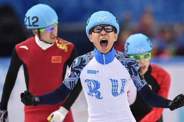 Виктор Ан в финальном забеге на 500 метров в соревнованиях по шорт-треку среди мужчин на XXII зимних Олимпийских играх в Сочи