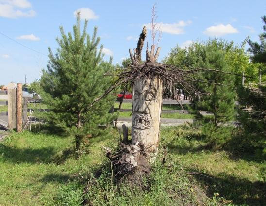 В этом году на территории музея телеуты установили скульптуру подземного бога Эрлика. А по соседству с ним - скульптура небесного бога Ульгеня.