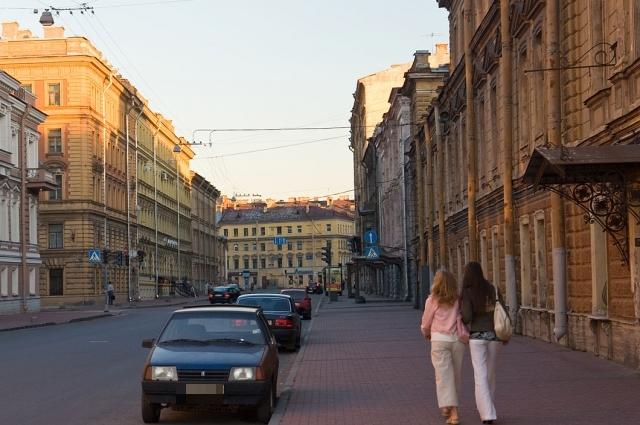 Некоторое время Есенин жил в квартире своего друга на Гагаринской улице (дом справа).