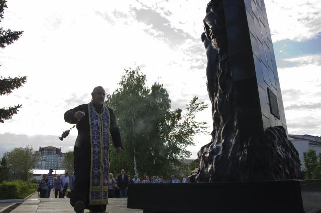 Отец Виталий совершил молебен в память о жертвах катастрофы.