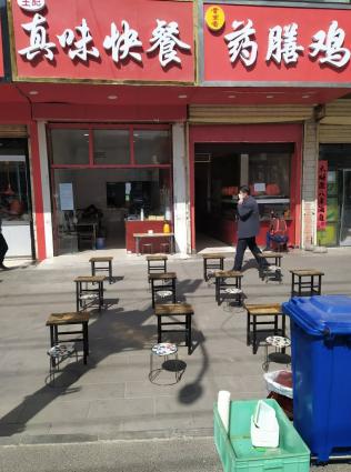 В Китае вновь открываются кафе, страна возвращается к обычной жизни.
