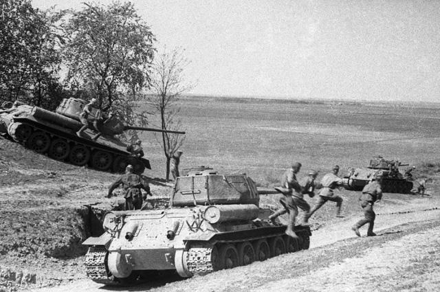 Советские танкисты и пехотинцы ведут бой на подступах к Вене.