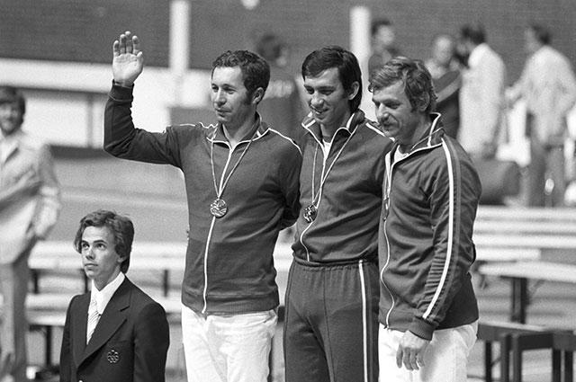 XXI летние Олимпийские игры в Монреале 1976 года. Чемпионы по фехтованию на саблях, советские спортсмены Виктор Кровопусков (золото), Владимир Назлимов (слева, серебро) и Виктор Сидяк (бронза).